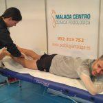 El campeón mundial Martín Fiz, recibe un masaje de descarga de manos de nuestra fisioterapeuta María del Mar Ariza en la previa de l a Zurich Maratón Málaga.